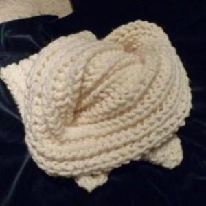 Ein gestrickter Schal mit Patentmuster