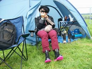 Stricken vor dem Zelt