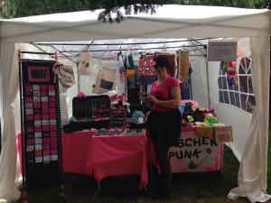 Kunstfest Meißen unser Stand im Vordergrund: Claudia mit unserem neuen Maschenpunk Shirt