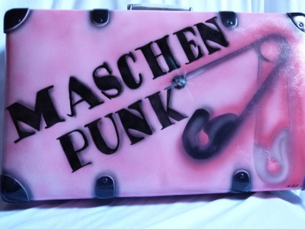 Koffer mit Maschenpunk - Logo